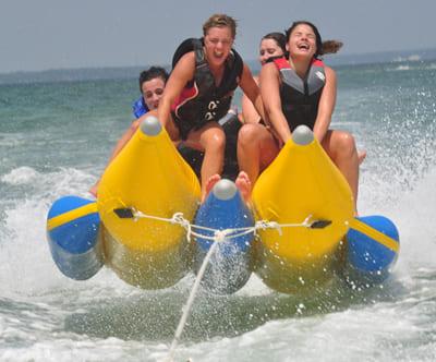 Семейный отдых на Черном море запомнится на долгие годы, если правильно организовать досуг и программу развлечения для всех членов семьи. Водный мотоцикл - отличная возможность всей семьей прокатиться по волнам лазурного моря! На пляже работают пункты проката гидроциклов. Каждый турист может воспользоваться услугами и прокатиться самостоятельно или вместе с инструктором по соленым волнам. Отдых должен быть запоминающимся и ярким, чтобы на протяжении года подпитывать взрывными эмоциями и экзотическими воспоминаниями из живописного уголка планеты.