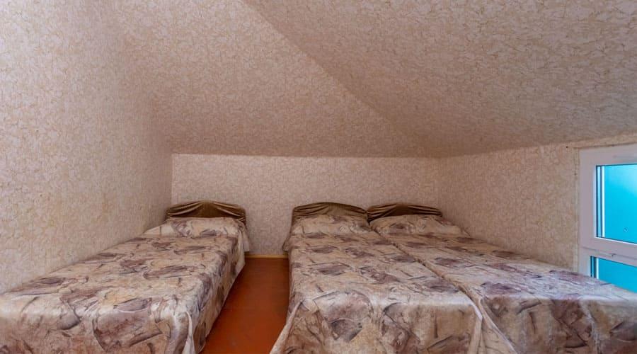 3-местный мансарда, отель Лелюкс, Ольгинка, Туапсе, семейный отдых с детьми на Черном море, танцевальные каникулы;